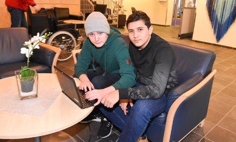 Ludvik Stokes (15) og Talha Bahadir (14) vil lære bort både Snapchat, Facebook og alt annet man kan bruke mobilen på.