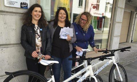 Julie Thomas Solheim, Esma Kucevic Hugøy (Florø barneskule) og Jane Berg Solheim vart trekt ut som vinnarar. Foto: Elisabeth Solheim