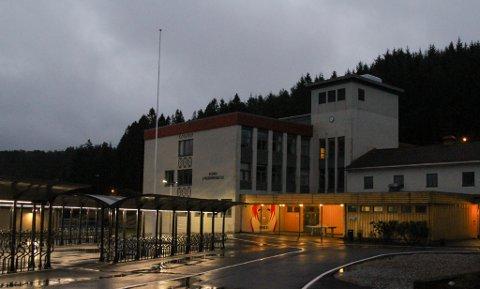 Det er blitt eit problem at det går føre seg kjøp og sal av personlege eigedelar blant elevane ved Florø Ungdomsskule. Det vil rektor Kari Vårdal ha ein slutt på.