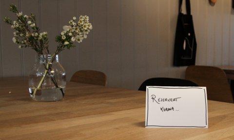 """På Lille Marked brukar ein galgenhumor rundt situasjonen og har """"reservert"""" alle borda for korona. – Litt humor må det vel vere lov å ha, håpar innehavar Gitte Kroppan Villand."""