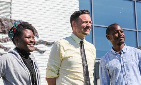 STORFINT BESØK: Bistandsministar Dag Inge Ulstein (midten) i saman med Ireene Mbuna (f:v) og Steve Kapatuka (f:h)
