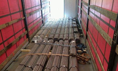 SLIK KØYRE HAN MED LASTA: Føraren hadde ikkje sikra dei mange stålstengene i lasterommet.