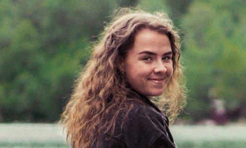 MEDIEFØRETAK: Dina Rygg Eide mista jobben som badevakt då koronabølga skylte innover Norge i fjor. – Det var så kjedeleg at eg fann ut at eg måtte gjere noko!