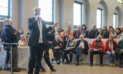 Snakket om kunsten: Mange hadde møtt opp for å høre Vebjørn Sand foredra om utstillingen.