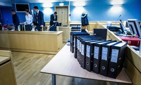OMFATTENDE SAK: Det var en stor mengde saksdokumenter som ble brakt til tingretten i forbindelse med saken mot den tidligere bilforhandleren. Foto: Geir A. Carlsson