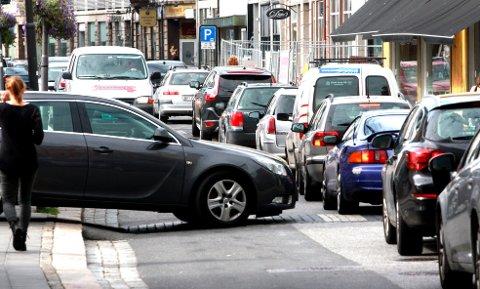 Hoshiar Nooraddin argumenterer for nye former for kollektivtransport som kan erstatte bilen i bysentrum. Bilene belaster byen uansett om de er drevet av strøm eller bensin. (Arkivfoto: Per H. Forsberg)