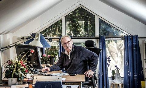 I kontoret over garasjen: Herfra styrer Arild Åserud alle sine bedrifter, i huset han bygde som 19-åring. Siden er det blitt mange hus og eiendommer. Noe flaks har han hatt. – Men det avgjørende er utholdenhet, sier eiendomsutvikleren om suksessen.