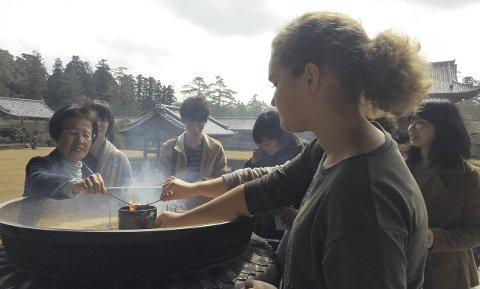 Spennende opplevelser: Ingvild Klippenberg Stang er en av de 17 japanskelevene fra Frederik II som er med til Kyoto. På bildet tenner hun røkelse ved Todaiji-tempelet i Nara.