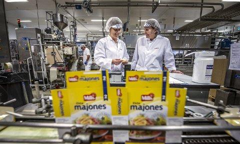 Stortrives: Elisabeth Pettersen har jobbet på Mills-fabrikken i 21 år og har ingen planer om å slutte før hun går av med pensjon. Her i samtale med fabrikksjef Eirin Skovly. Foto: Geir A. Carlsson