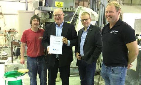 FIKK PRIS: NTP fikk onsdag overrakt prisen for «månedens bedrift» fra NHO Østfold. Her representert ved Kjetil Kristiansen (NTP) (f.v.), daglig leder i NTP Bjørn Hansson, regiondirektør i NHO Østfold Roald Gulbrandsen og Roger Thorvaldsen (avdelingsleder produksjon, NTP)