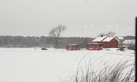 Her er to av de tre bussene som fikk problemer.