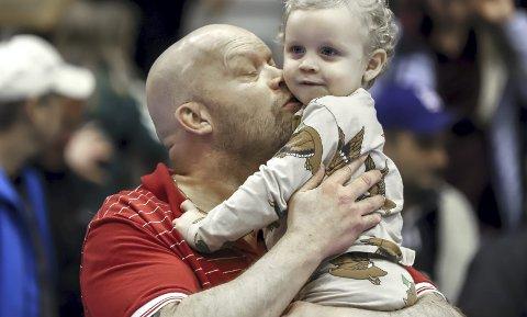 FAMILIEIDYLL: Lille Otto smeltet morfars hjerte like etter kampslutt. Selv om Christer Karlsson og FBK tapte 20-28, så reddet barnebarnets besøk kvelden. Foto: Harry Johansson