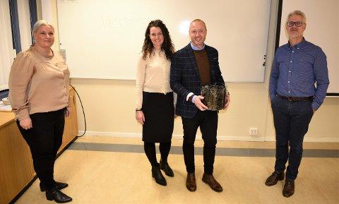 Frevar-styret sa ja til å gå videre med biokull-prosjektet. Fra venstre styreleder Hege Dubec, Malin Carina Lind og Bjørn Peder Lind fra Cube 8 og Frevar-direktør Fredrik Hellström.