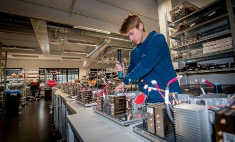Projektorbedriften Norxe på Kråkerøy har i dag 30 ansatte og tar sikte på å øke til 60. Her er Jan Martin Olavesen i gang med å skru sammen en projektor.