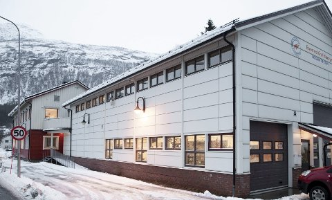 Harstadselskapet Hålogaland kraft var de enste som fikk lov til å legge inn bud på Evenes kraftforsyning. En erfaren mekler i kraftbransjen sier det er høyst uvanlig at kraftselskap ikke legges ut for åpent salg slik at eieren er garantert å få mest mulig for selskapet.