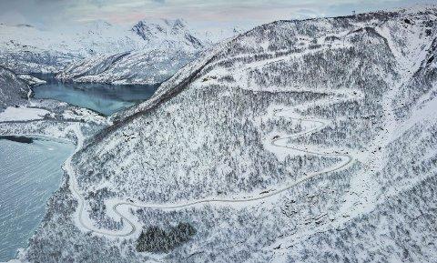 STORT PROSJEKT: Anleggsveien er klar. I disse dagene kjøres maskinene inn som skal brukes til å bygge Sørfjord vindpark som vil koste omkring en milliard kroner. Foto: Nordkraft/Kalle Pundsvik