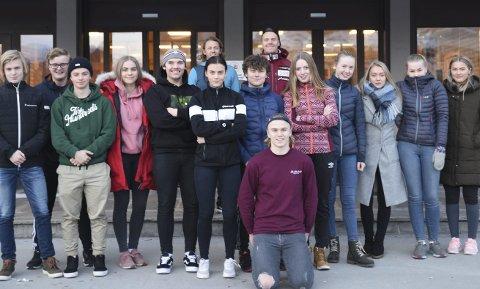 FFA: Oliver Stokkedal foran resten av første og andreklassen i alpint ved Narvik videregående skole. Foto: Kjell  Kolsvik