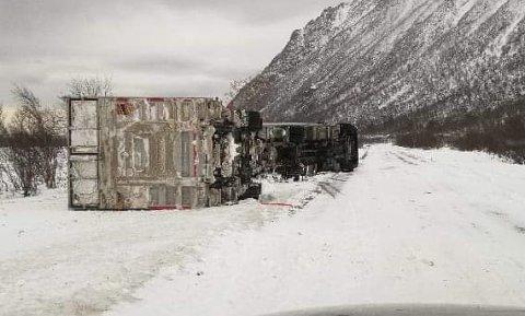 VELTET: Slik ble vogntoget liggende i Ballesvika på Senja søndag.