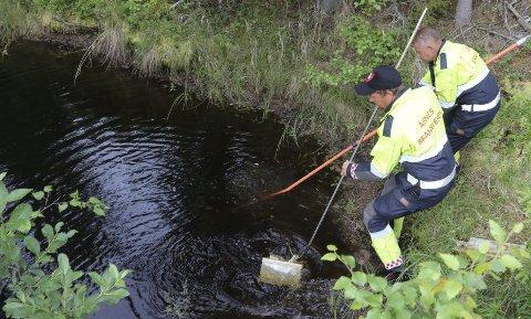 TRAKK OPP: Stian Berg og Geir Sørmo i Åsnes brann- og redningsvesen i ferd med å trekke opp batterier fra Kverntjernet.bilder: Sverre Viggen