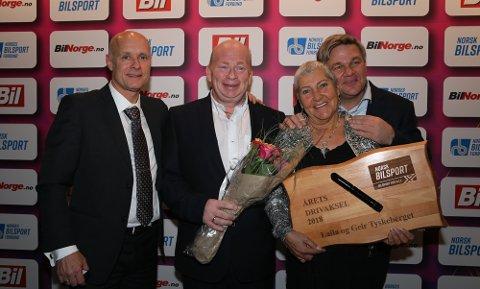 MOTTOK PRIS: Ekteparet Laila og Geir Tyskeberget (i midten) mottok pris. Tommy Rustad (t.v.) og Henning Solberg delte ut.