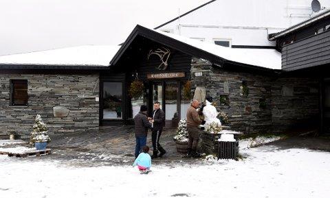 GIR LOKALE INNTEKTER: Asylsøkere bygger snømann i nysnøen utenfor Rondablikk Høyfjellshotell. Ifølge tall fra UFI kan de 681 mottaksplassene i Gudbrandsdalen bety inntekter på 30 millioner for lokale reiselivsbedrifter. I tillegg kommer statlige overføringer til kommunene, økt sysselsetting og ringvirkninger for det lokale næringslivet.