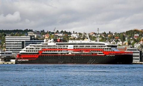 Her ligger skipet til kai i Tromsø. De fleste av passasjerene har blitt bedt om å reise hjem.