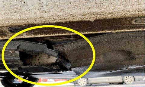 Asfaltbiter spratt opp under en bil i Vårsetervegen og ga skader til beskyttelses-dekslet. Nå vil bilfører ha erstatning fra kommunen.