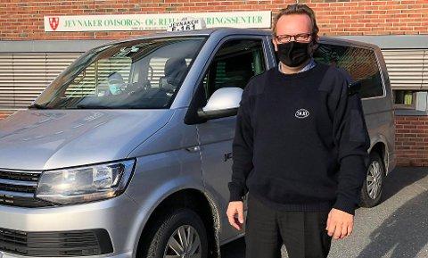 MED MUNNBIND: Sjåførene hos Jevnaker Taxi bruker munnbind. Nå krever de at passasjerene gjør det samme. Her er sjåfør Cato Nordberg utrustet med munnbind.