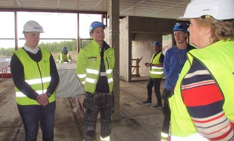 FIKK MØTE ERNA: Hans Christian Tøfte (til venstre), Michael McFadden og Bjørn Kristian Thon fikk møte statsminister Erna Solberg under hennes besøk på Hadeland.