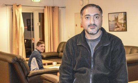 Talsmann: Faisal Ali snakker godt engelsk og forteller sin historie når HA kommer på besøk til asylmottaket i Svinesundsparken.