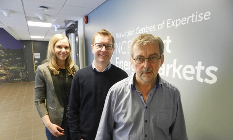 SATSER:  Fra høyre: Dieter Hirdes, daglig leder Ole Gabrielsen og kommunikasjonsansvarlig i NCE Smart Energy Markets, Mette Magnussen. Arkivfoto