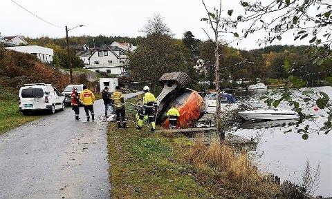 VELTET: En gravemasin har veklet ned mot vannet i Løkenveien i Tistedal. Ingen personer ble skadet under uhellet.