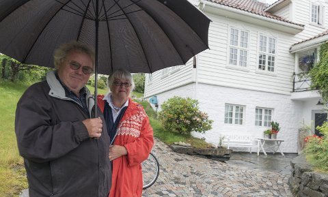 Stiller rettslokale til disposisjon: Hans og Wenche Hag kjøpte sorenskrivargarden på Lofthus i 2003. I tolv år har dei hatt rettslokalet i kjellaren ledig for utleige til Hardanger tingrett. Men fyrst no kan det verta ei ordning.