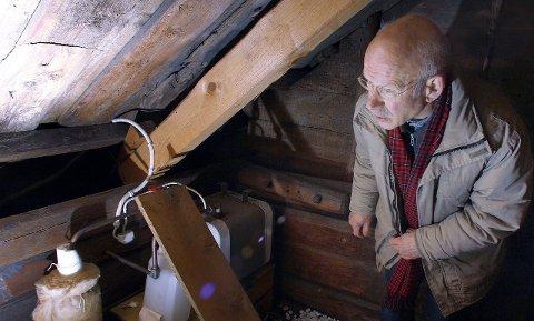 Gammelt tømmer: På loftet i det man har antatt var den nyeste del av huset, finner Carl Egil Buch rundteljet tømmer som han er sikker på hører hjemme på 1700-tallet.