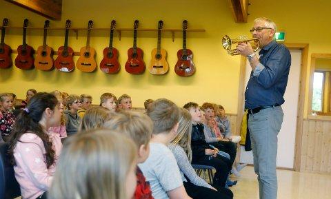 REKRUTTERER: - Det er kjekt å spille i korps, sier dirigent for Tuastad Vormedal Skolekorps i 40 år, Svein Inge Pedersen. Her snakker han til 2. klassinger på Norheim skole.