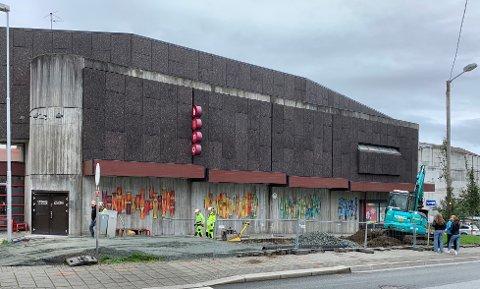 KINO: De tre siste årene har besøkstallet ved Edda kino falt med over 15 prosent., skriver innsenderen. Bildet viser pågående bygging av ny sykkelparkering ved Edda.