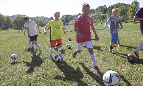 SNART: Mandag starter Helgelendineg fotballskole på Kippermoen. I fjor var det flott vær allerede fra første dag.  FOTO: PER VIKAN