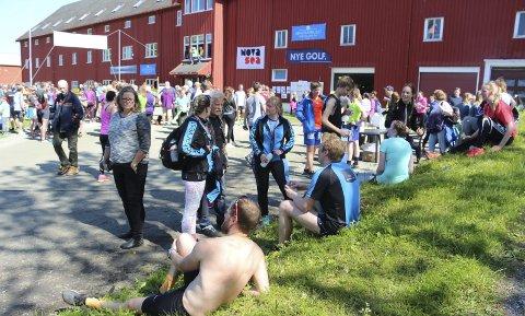 LØPSFEST: Alstahaug maraton 2016 ble velsignet med flott vær. Det samme været lan arrangørene love for lørdagens arrangement, og Vibeke Lind holder døra åpen for etternølerne.   FOTO: JARL A. SANDHOLM