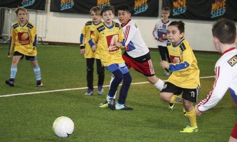 SESONGÅPNING: Stamnes Eat Move Sleep Cup er en populær fotballturnering for de aller yngste. Det er spillere fra 6 år til 12 år som møtes i Helgelandshallen og Stamneshallen i helga, og turneringen er rekordstor i år.  Foto: Jill-Mari ERichsen