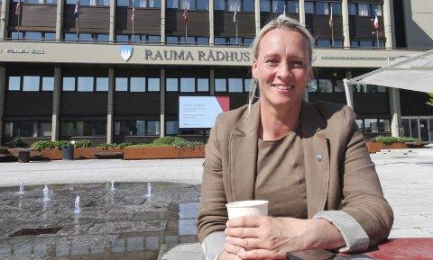 LEVER GODT MED GONDOLEN: Selv om ordfører Yvonne Wold stemte mot Romsdalsgondolen i 2019 lever hun godt med det ferdige produktet. – Jeg jobber for å forvalte produktet og sette det i sammenheng med alle utvikling innen reiseliv, sier hun.  Foto: Per Vikan