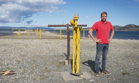 FORTELLER IKKE ALT: Jo Inge Hesjevik, leder i Finnmark Høyre, går hardt ut mot Avinors kommunikasjon rundt den planlagte rullebanereduksjonen ved Lakselv lufthavn Banak. Han mener Avinor ikke forteller hele sanheten, når de hevder at flyplassen kan operere «som tidligere» med en reduksjon av rullebanen fra 2.788 meter til 2.500 meter. Nå vil han selv bidra til å sørge for at all informasjon kommer på bordet, og krever saken tatt opp i fylkestinget.FOTO: STIAN ELIASSEN