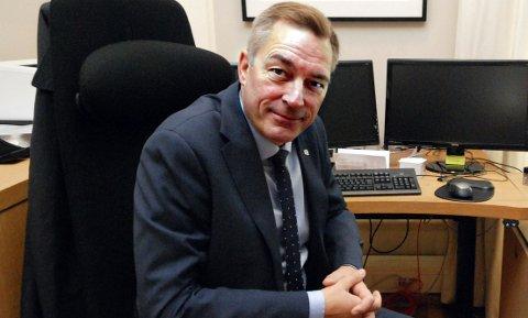 STORTRIVES: Frank Bakke-Jensen legger ikke skjul på at han stortrives i statsrådstolen, men han vet inderlig vel at i slike stoler sitter alle på oppsigelse.