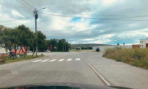 KOLLIDERTE NESTEN: Eva Hurthi Johansen forteller om en nestenkollisjon i krysset ved den gamle brannstasjonen i Vadsø. Johansen sier hun må kjøre helt inn i krysset for å få oversikt på grunn av alle buskene som er i veien.