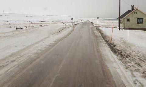 GLATT: Veien mellom Vardø og Vadsø er glatt mandag morgen.