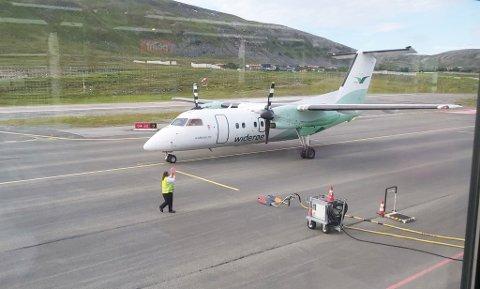 JULI: Et fly har akkurat landet på Hammerfest lufthavn i juli, som skal ta folk videre til Tromsø.
