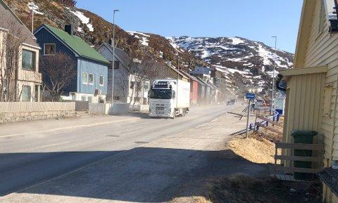 STØVSKY: Slik så det ut langs Fuglenesveien mandag formiddag. Foto: Trond Ivar Lunga