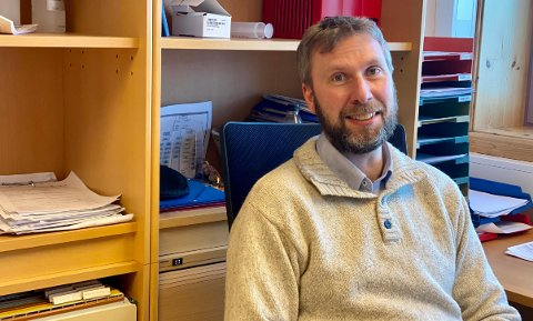 Kommuneoverlege Jonas Holte smiler etter flere dager på rad uten nye smittetilfeller i Harstad.