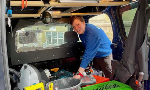 STORT ANSVAR: Jon Raymon Pettersen (21) har faste kontroll- og vedlikeholdsoppgaver ved fem av kommunens bygg.