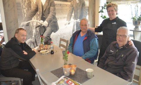 GOD STEMNING: Driver Stine Holtet og stamgjestene Johan Petter Simonsen (t.v.), Olav Johansen og Paul Lindahl koser seg rundt stambordet i kafeen i Søndrehallen.foto: roger ødegård