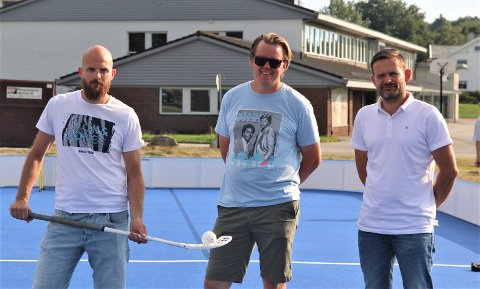 FORNØYDE: Haakon Ødegaard, Frode Hagerup og Jens Honore er strålende fornøyde med at en ny bandybane er klar for bruk.